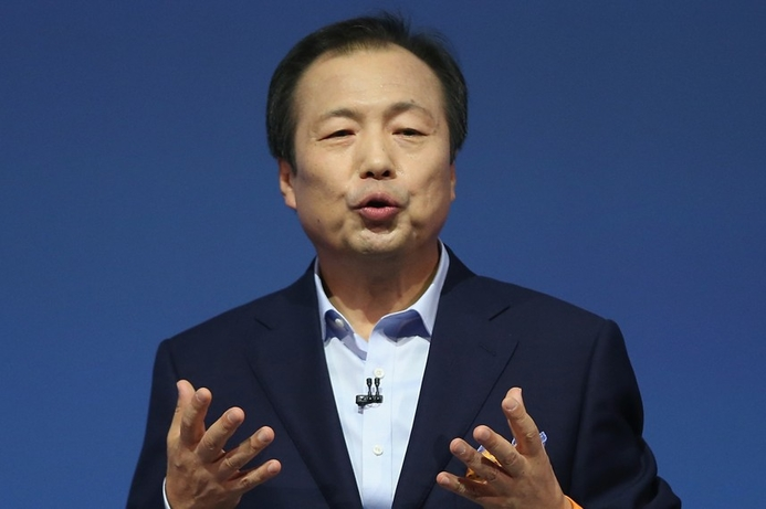 Samsung's mobile head keeps job in reshuffle