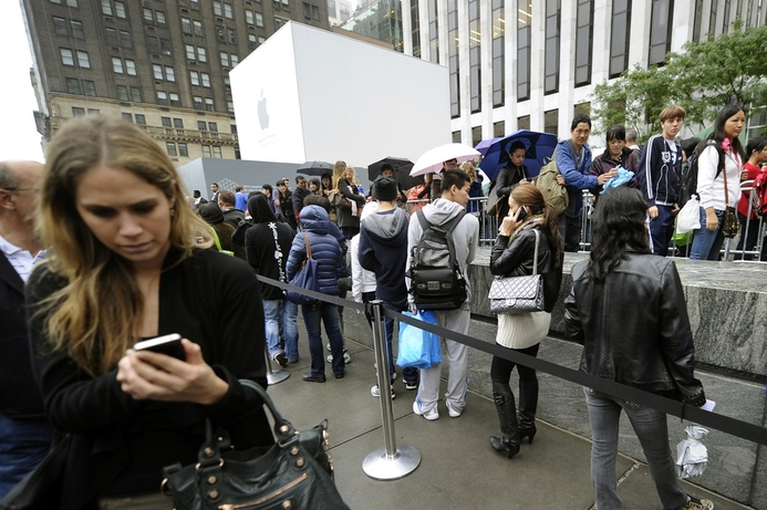 Apple's iPhone 4S launches to huge crowds